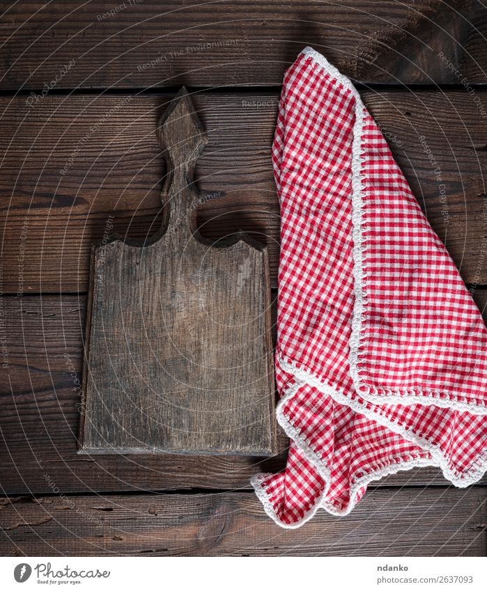 altes Küchenschneidebrett mit Griff und rotem Handtuch Tisch Arbeit & Erwerbstätigkeit Werkzeug Natur Bekleidung Stoff Holz oben retro braun weiß Hintergrund