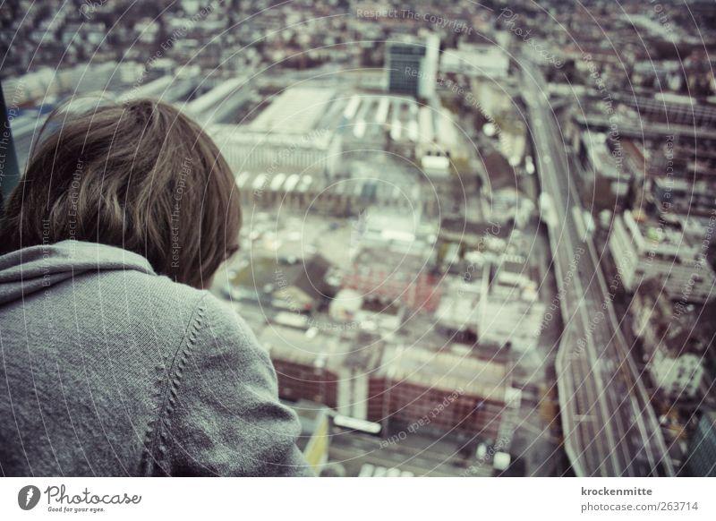 Hello World maskulin Kind 1 Mensch 8-13 Jahre Kindheit Stadt Stadtzentrum Haus Bauwerk Gebäude Architektur Verkehrswege Straßenverkehr beobachten Aussicht