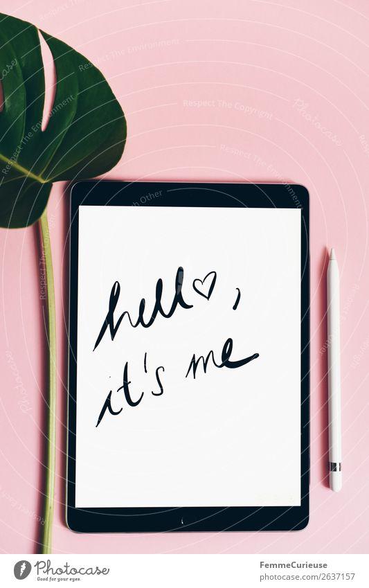 """Tablet with a handwritten """"hello it's me"""" on pink background Technik & Technologie Unterhaltungselektronik Fortschritt Zukunft Kommunizieren Hallo Logo Wort"""