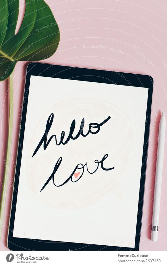 """Tablet with a handwritten """"hello love"""" on pink background grün weiß Lifestyle Liebe rosa Design modern Schriftzeichen Kommunizieren Technik & Technologie Herz"""