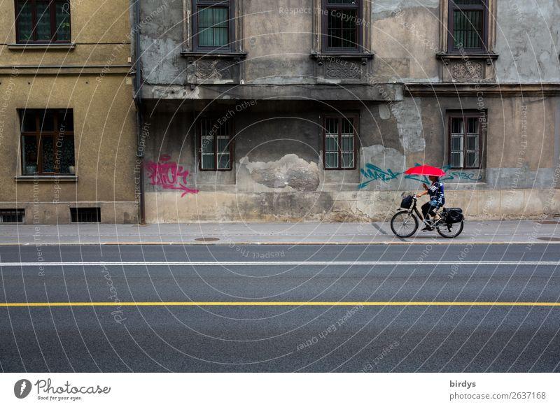 urbane Gegensätze Frau Mensch Stadt rot Haus Fenster Straße Erwachsene gelb Wege & Pfade feminin außergewöhnlich Fassade grau Linie Verkehr