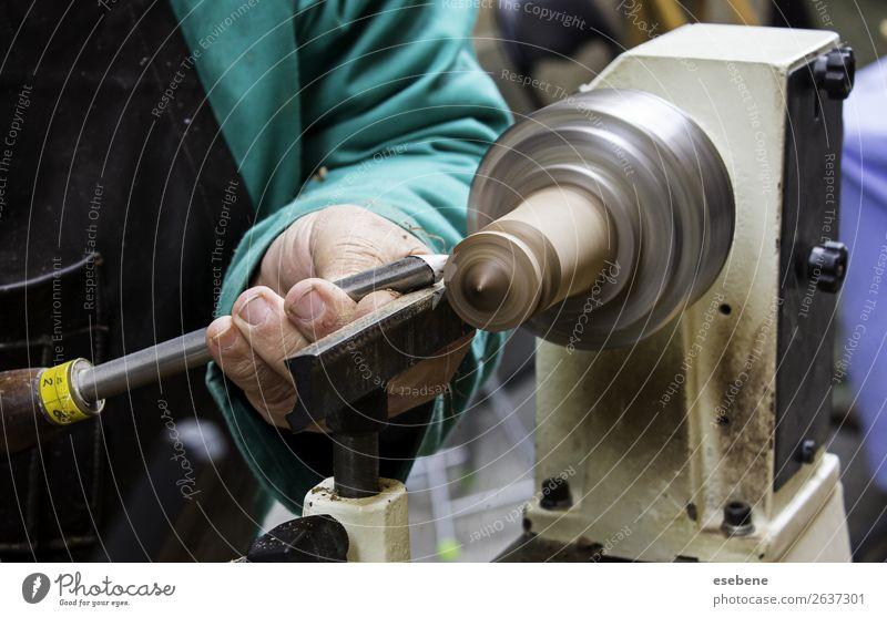 Mann, der mit einer Drechselbank arbeitet. Design Arbeit & Erwerbstätigkeit Arbeitsplatz Industrie Handwerk Werkzeug Technik & Technologie Erwachsene Holz