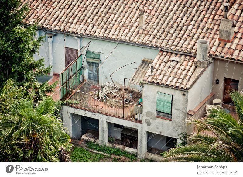 Girona IV alt grün Haus Fenster Architektur Gebäude Fassade Armut ästhetisch Häusliches Leben kaputt Dach Stuhl einfach verfallen Balkon