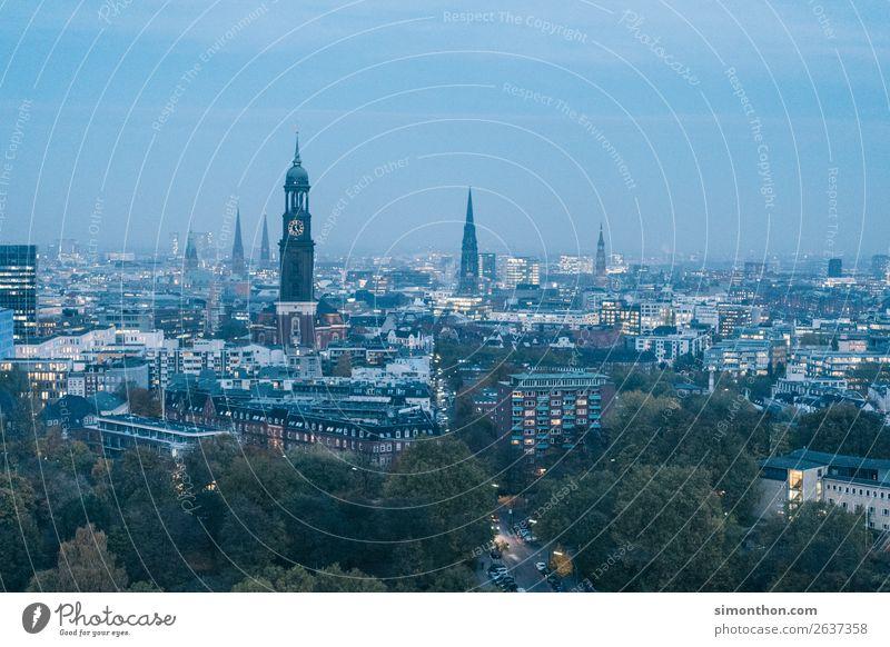 Skyline Hamburg Stadt Hafenstadt Stadtzentrum Altstadt bevölkert Haus Kirche Dom historisch Stadtleben Stadtteil Stadtbewohner Stadtlicht Stadtentwicklung