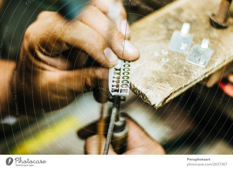 Manneshände Goldschmiedearbeit an einem Silberstück Design Basteln Arbeit & Erwerbstätigkeit Beruf Arbeitsplatz Industrie Handwerk Werkzeug Säge Mensch Frau