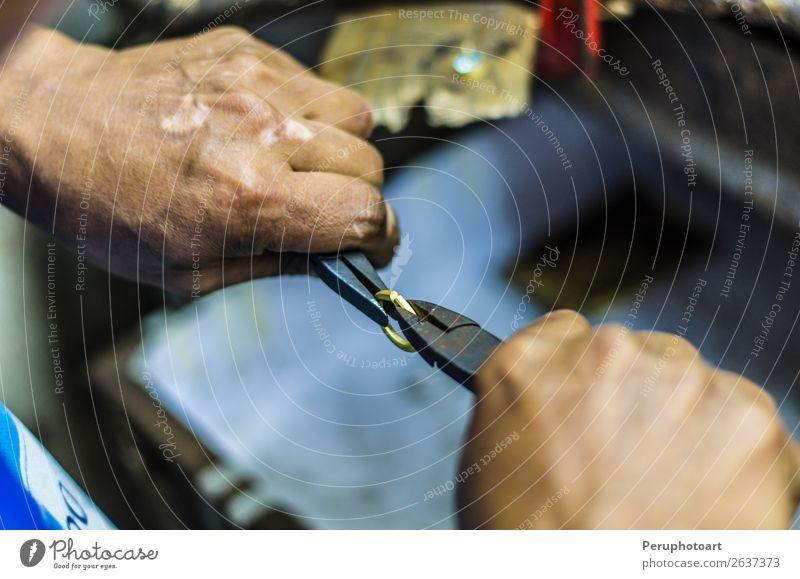 Hände eines Juweliers, der mit einer Zange an einem Ring arbeitet. Design Basteln Arbeit & Erwerbstätigkeit Arbeitsplatz Fabrik Industrie Handwerk Business