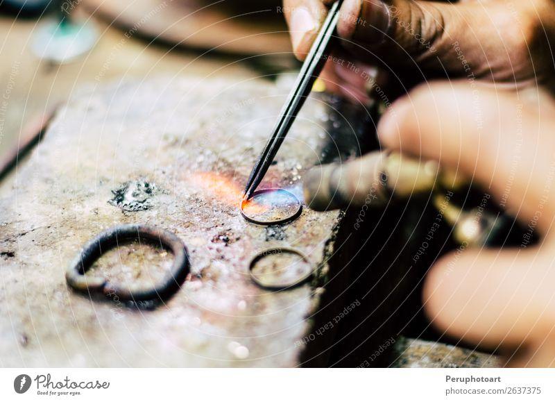 Industrielle Herstellung des Goldringes. Herstellung eines Goldprodukts Stil Arbeit & Erwerbstätigkeit Handwerk Werkzeug Finger Schmuck Ring Ohrringe Metall alt