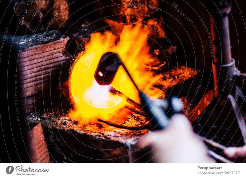 ein schmelzendes Silber in einer Schmuckwerkstatt Schalen & Schüsseln Tisch Industrie Handwerk Werkzeug Kunst Kultur Metall machen dreckig heiß gelb Tradition