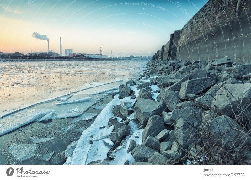 Eisbrecher Wasser Himmel Schönes Wetter Flussufer Industrieanlage Stein alt kalt Anlegestelle Kaimauer Eisschicht Farbfoto Außenaufnahme Menschenleer Abend