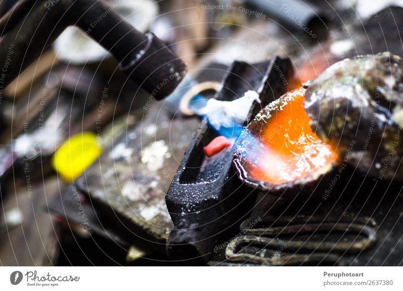 Handwerkliche Schmuckherstellung mit professionellen Werkzeugen. Makroaufnahme Schalen & Schüsseln Reichtum Design Tisch Arbeit & Erwerbstätigkeit Beruf