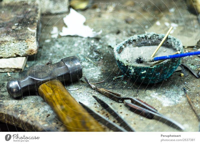 Draufsicht auf verschiedene Goldschmiedewerkzeuge am Schmuckarbeitsplatz. Tisch Arbeit & Erwerbstätigkeit Beruf Arbeitsplatz Industrie Handwerk Werkzeug Hammer