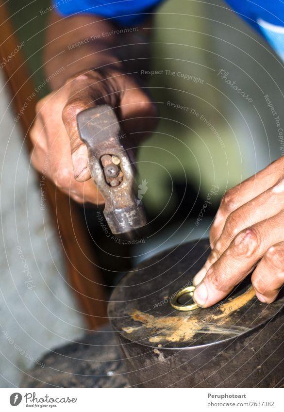 Der Prozess der Herstellung von Goldschmuck. Hämmern des Goldringes Design Freizeit & Hobby Schreibtisch Arbeitsplatz Industrie Handwerk Werkzeug Frau