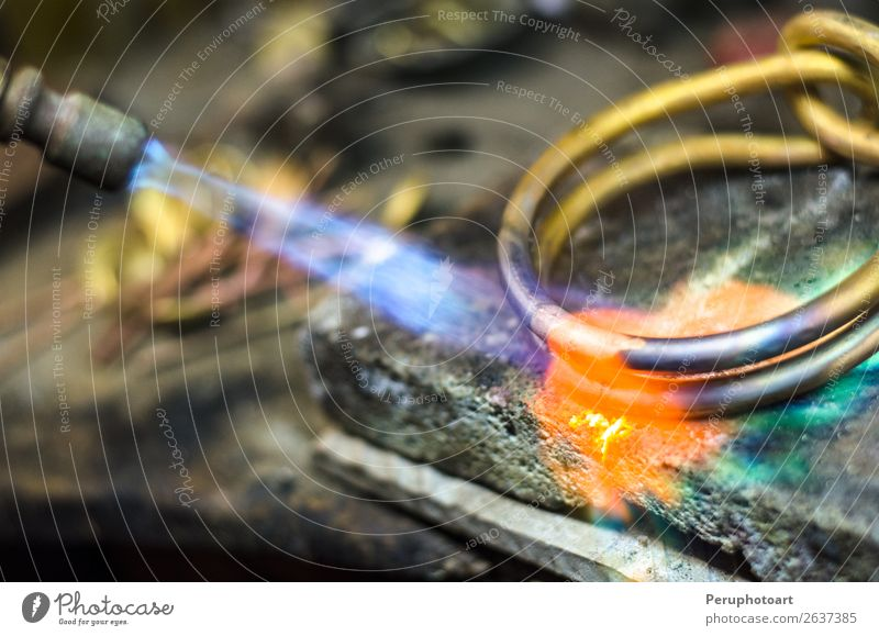 Nahaufnahme des Schmuckschweißens mit Schneidbrenner. Reichtum Design Arbeit & Erwerbstätigkeit Beruf Industrie Handwerk Werkzeug Mann Erwachsene Metall machen