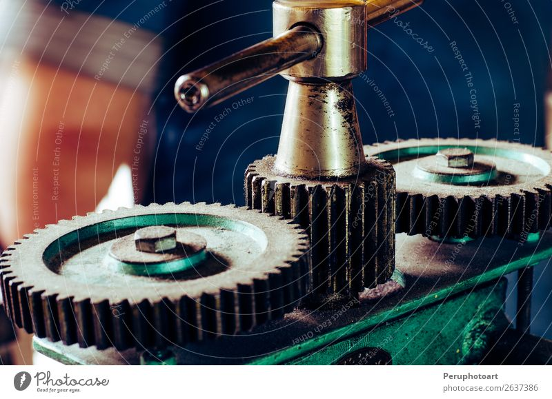 Große Zahnräder in der Schmuckwerkstatt Maschine. Arbeit & Erwerbstätigkeit Fabrik Industrie Motor Technik & Technologie Zähne Menschengruppe Metall Stahl
