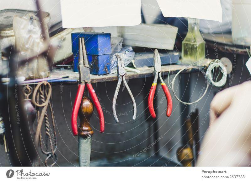Verschiedene Goldschmiedewerkzeuge an der Schmuckwerkstatt. Reichtum Handarbeit Arbeit & Erwerbstätigkeit Beruf Industrie Handwerk Werkzeug Kunst Accessoire