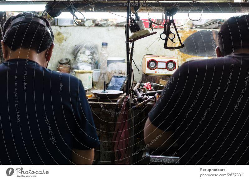 Juweliere bei der Arbeit, Handwerk in einer Schmuckwerkstatt. kaufen Design Dekoration & Verzierung Arbeit & Erwerbstätigkeit Beruf Industrie Business Werkzeug
