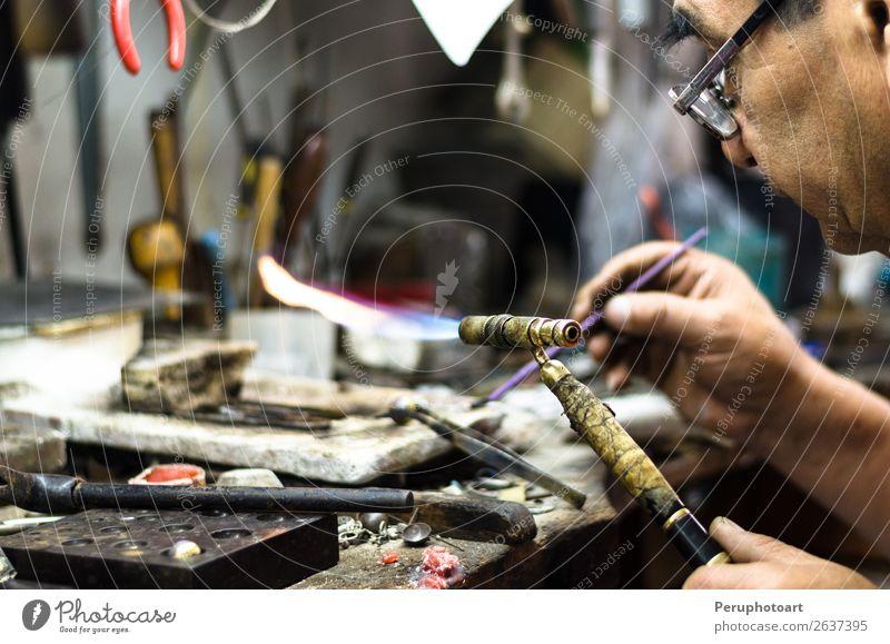 Meisterlöten von Schmuckschmuck. Design Tisch Arbeit & Erwerbstätigkeit Handwerker Industrie Werkzeug Mensch Finger Kunst Kultur Ring Metall Ornament machen