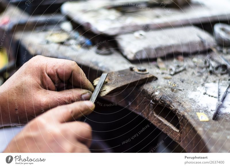 Hände eines Juweliers, der wertvollen Schmuck herstellt. kaufen Reichtum Arbeit & Erwerbstätigkeit Beruf Handwerk Werkzeug Säge Mensch Finger Kunst Mode