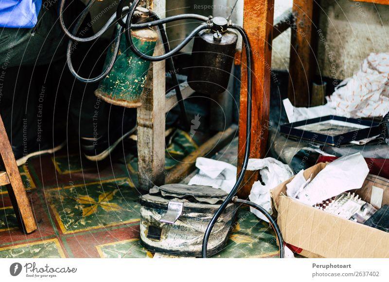 Kraftstoff und Pedal der Lötlampe der Schmuckwerkstatt Reichtum Arbeit & Erwerbstätigkeit Beruf Industrie Handwerk Mensch Mann Erwachsene Metall machen