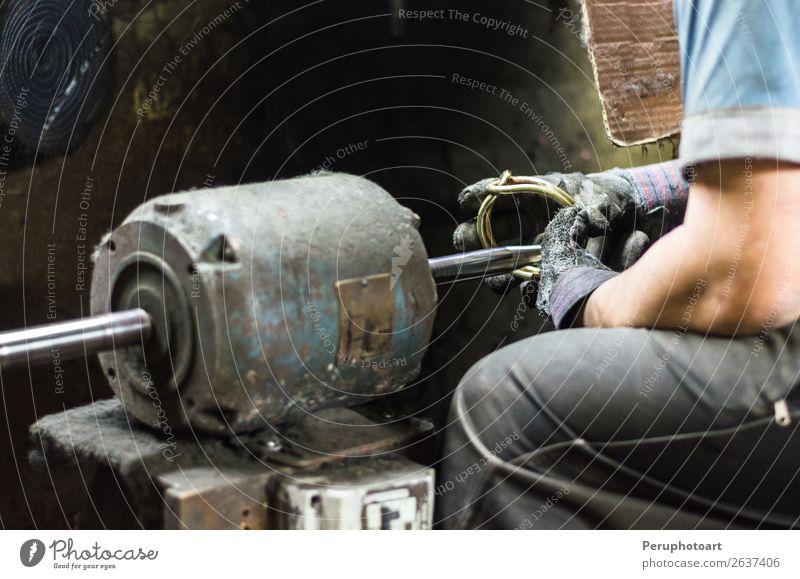 Wertvolle Teile Poliermaschine, Mann poliert ein Juwel. Freizeit & Hobby Hochzeit Arbeit & Erwerbstätigkeit Beruf Handwerk Erwachsene PKW Schmuck Ring Metall