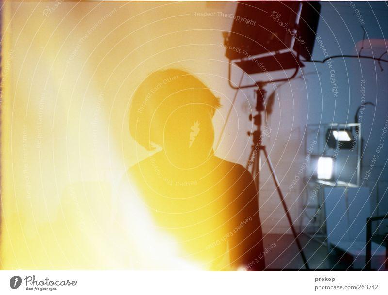 Praktikantin mit Laserschwert Mensch feminin Junge Frau Jugendliche Erwachsene sitzen warten Lampe Werkstatt Studiobeleuchtung Licht Light leak anonym Farbfoto