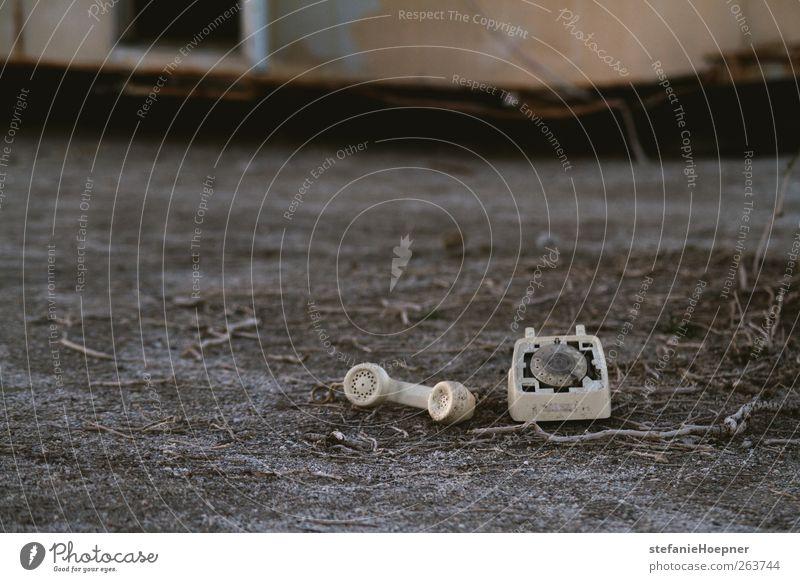 scars on land Telefon schäbig Telefonhörer Farbfoto Außenaufnahme Textfreiraum links Schwache Tiefenschärfe kaputt unbrauchbar liegen alt Menschenleer 1 Boden
