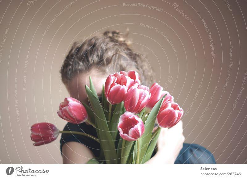 Frühling im Arm Mensch feminin 1 Umwelt Natur Blume Tulpe Blatt Blüte Haare & Frisuren Locken Blühend Umarmen natürlich Farbfoto Innenaufnahme
