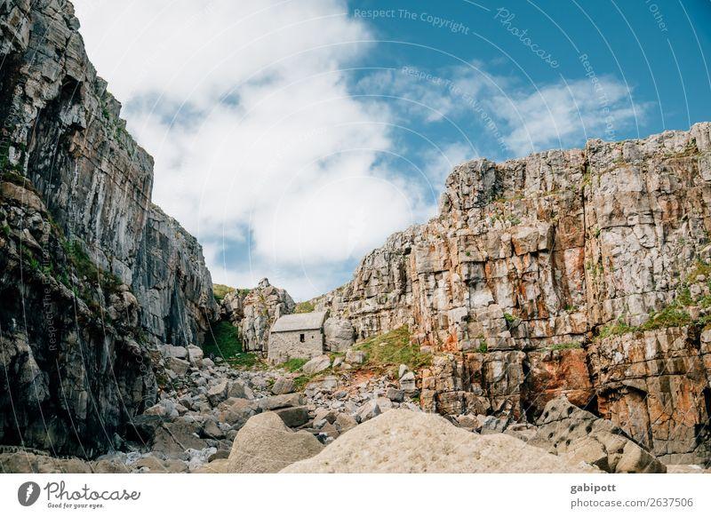 Wales | Pembrokeshire | St. Govan's Chappell Himmel Natur Ferien & Urlaub & Reisen Sommer blau Landschaft Meer Wolken Ferne Strand Berge u. Gebirge natürlich