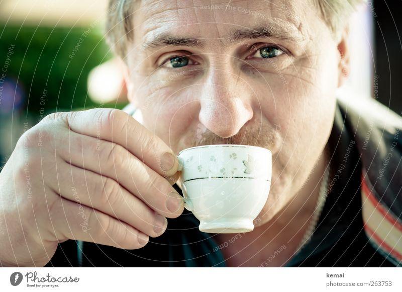 Melitta-Mann Mensch Hand Gesicht Erwachsene Auge Kopf klein Zufriedenheit maskulin Nase Finger Getränk Lifestyle Kaffee trinken