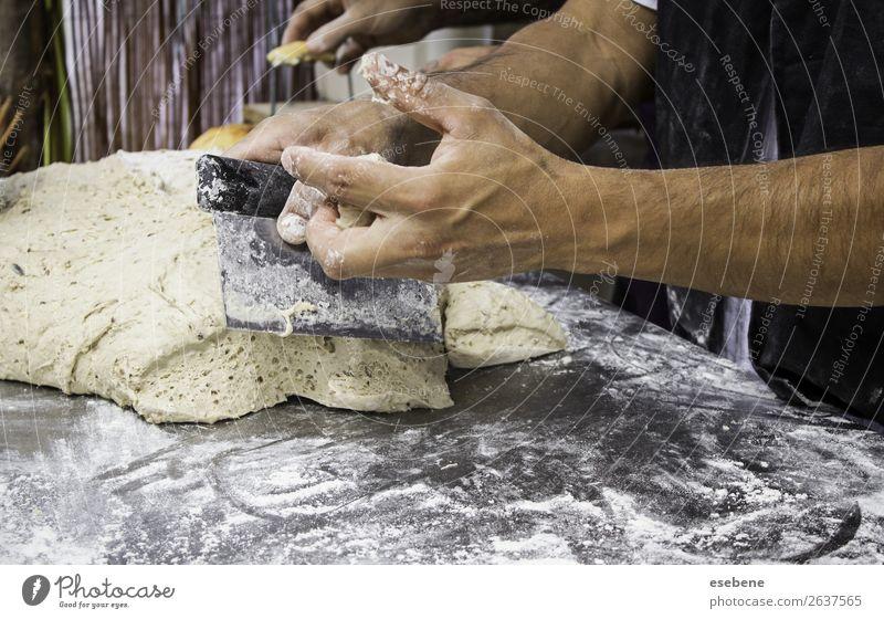 Bäcker beim Kneten von Brotteig auf traditionelle Weise Teigwaren Backwaren Ernährung Tisch Küche Restaurant Mensch Frau Erwachsene Mann Hand Holz machen frisch