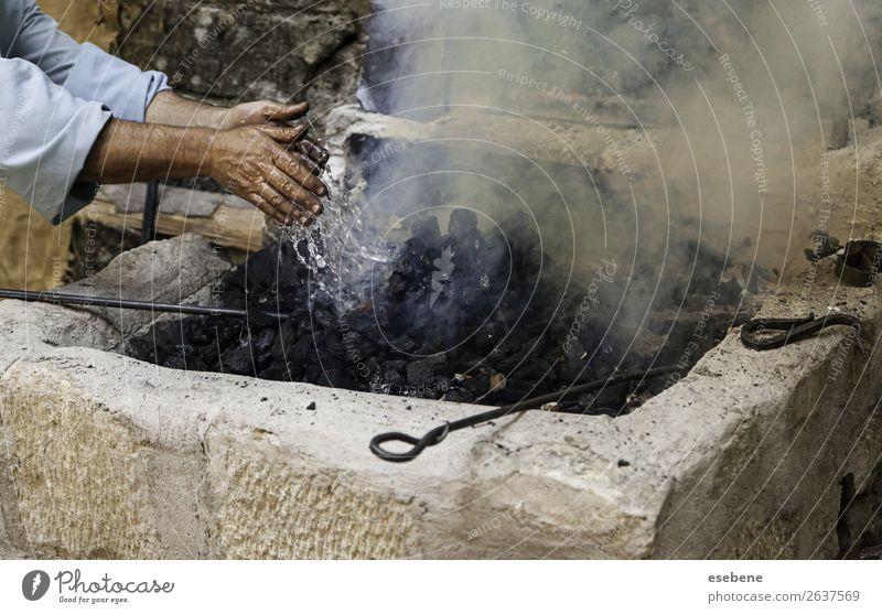Abschalten von Flammen mit Wasser in der Kohle Mittagessen schön Arbeit & Erwerbstätigkeit Hand frisch heiß natürlich schwarz weiß Schutz Farbe Kontrolle