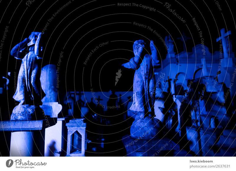 Two Angel statues at blue lightened tombstones during dawn Halloween Sehenswürdigkeit Engel gruselig trist blau Tod Schmerz Religion & Glaube graveyard Mérida