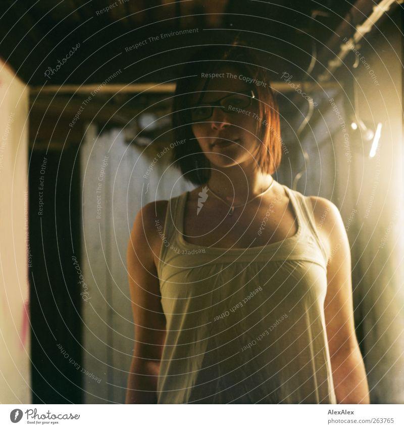 Halogenbad Halogenlicht Halogenlampe feminin Junge Frau Jugendliche Körper Dekolleté 1 Mensch 18-30 Jahre Erwachsene Brille Kette rothaarig Blick ästhetisch