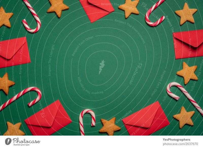 Hintergrund mit Kuverts, Lutscher und Lebkuchenplätzchen Dessert Winter Feste & Feiern Weihnachten & Advent grün rot Tradition obere Ansicht blanko