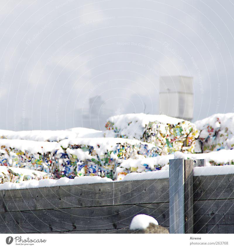 papierverarbeitende Industrie Müllverwertung Müllhalde Papiermüll Papierfabrik Recycling Winter Schnee Menschenleer Industrieanlage Verpackung mehrfarbig weiß