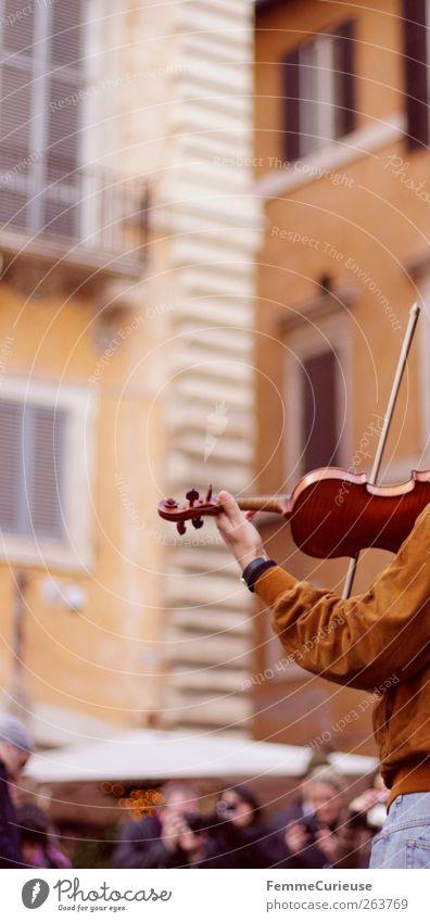 Ein Geiger zog von Land zu Land. Mensch Mann Jugendliche Erwachsene Musik Junger Mann braun orange 18-30 Jahre Arme Fassade maskulin 45-60 Jahre Italien
