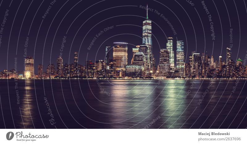 New York City Panorama bei Nacht, USA. Himmel Wolkenloser Himmel Nachthimmel Fluss Stadt Stadtzentrum Skyline bevölkert Hochhaus Bankgebäude Bauwerk Gebäude