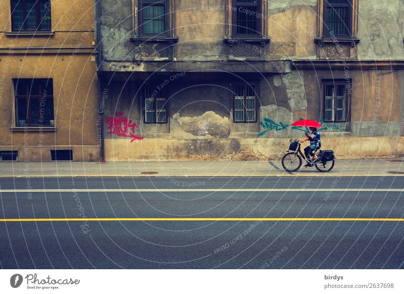 Straße hui - Fassade pfui Lifestyle feminin Frau Erwachsene 1 Mensch 45-60 Jahre Altstadt Haus Fahrrad Regenschirm Linie fahren außergewöhnlich kaputt