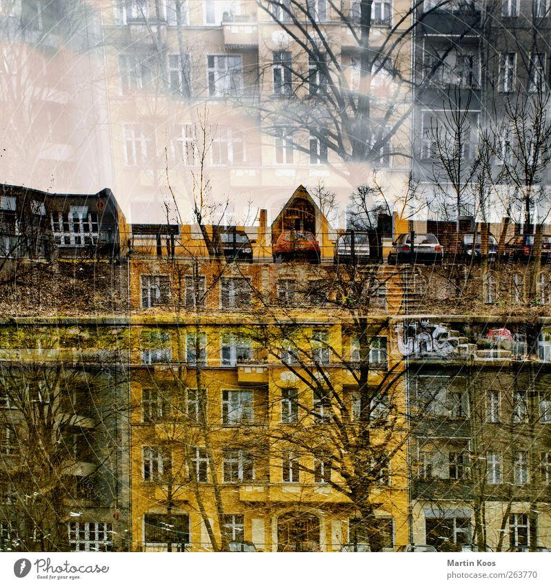 Doppelhaus Haus Gebäude Fassade Fenster Tür Dach PKW außergewöhnlich gelb ästhetisch chaotisch Altbau Doppelbelichtung Farbfoto mehrfarbig abstrakt Menschenleer
