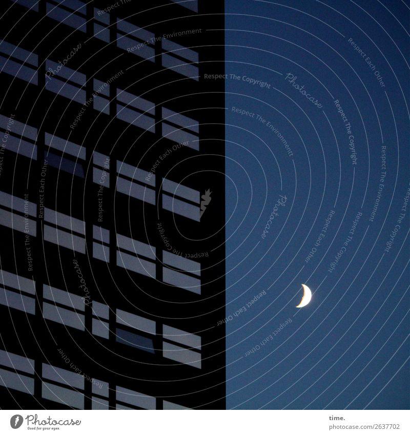 Nachtwächter Himmel Mond Hochhaus Bauwerk Fenster dunkel Gelassenheit ruhig Leben Weisheit ästhetisch Frieden Gefühle geheimnisvoll Horizont Inspiration