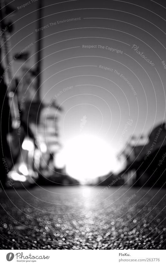 Hamburger DOM Menschenleer glänzend hell weich Gefühle Stimmung Zufriedenheit Asphalt Lichtpunkt Unschärfe grau weiß Reflexion & Spiegelung Boden Straße