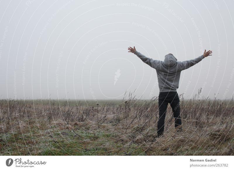 Freiheit Glück maskulin 1 Mensch 18-30 Jahre Jugendliche Erwachsene Pullover genießen Erfolg frei einzigartig grau Gefühle Fröhlichkeit Lebensfreude