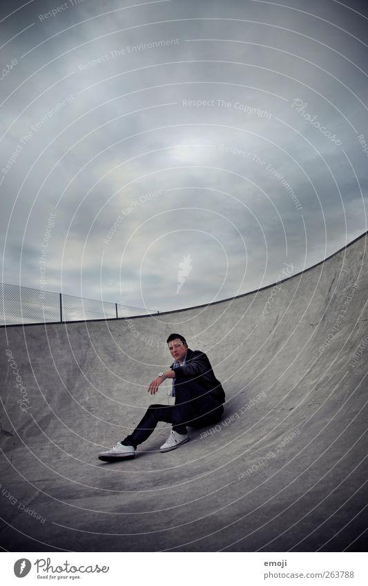 one man show maskulin Junger Mann Jugendliche 1 Mensch 18-30 Jahre Erwachsene Coolness dunkel grau Sportpark Beton sitzen Himmel Wolkendecke Farbfoto