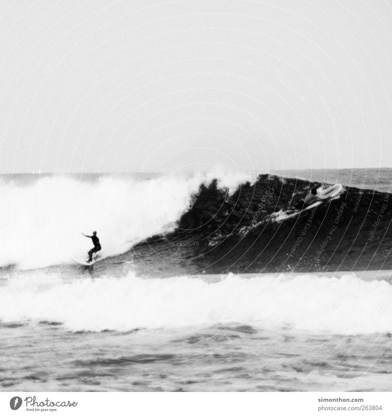 surfer 1 Mensch Leben Surfer Surfen Surfbrett Surfschule Meer Meerwasser Wellen Wind Ferien & Urlaub & Reisen Sport Aktion Gleichgewicht Wasser Schwarzweißfoto