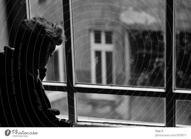 Zeit bleib stehn Häusliches Leben Wohnung Haus Mensch maskulin Junger Mann Jugendliche Erwachsene Kopf 1 18-30 Jahre Berlin Stadt Altstadt Fassade Fenster