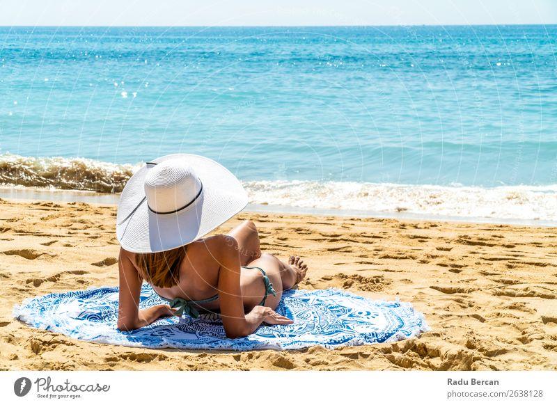Junge Frau mit weißem Hut entspannt sich am Ocean Beach Sand Strand Jugendliche Mädchen Mode Meer schön Ferien & Urlaub & Reisen Beautyfotografie Porträt blau