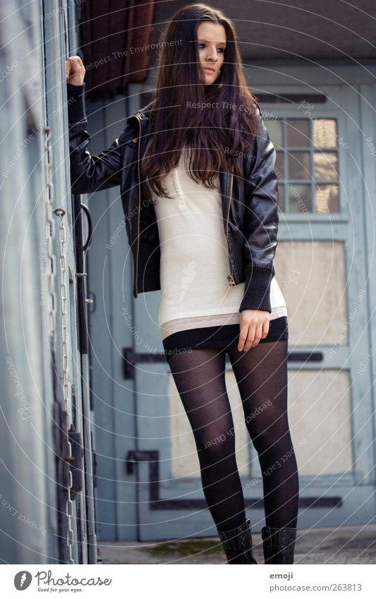 one day trip VIII feminin Junge Frau Jugendliche 1 Mensch 18-30 Jahre Erwachsene Mode Jacke Leder brünett langhaarig schön stehen Farbfoto Außenaufnahme Tag