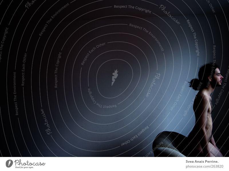 schattenseiten. maskulin Körper Haare & Frisuren Gesicht Bauch Gesäß 1 Mensch 18-30 Jahre Jugendliche Erwachsene Sofa Mauer Wand langhaarig Locken Zopf dunkel