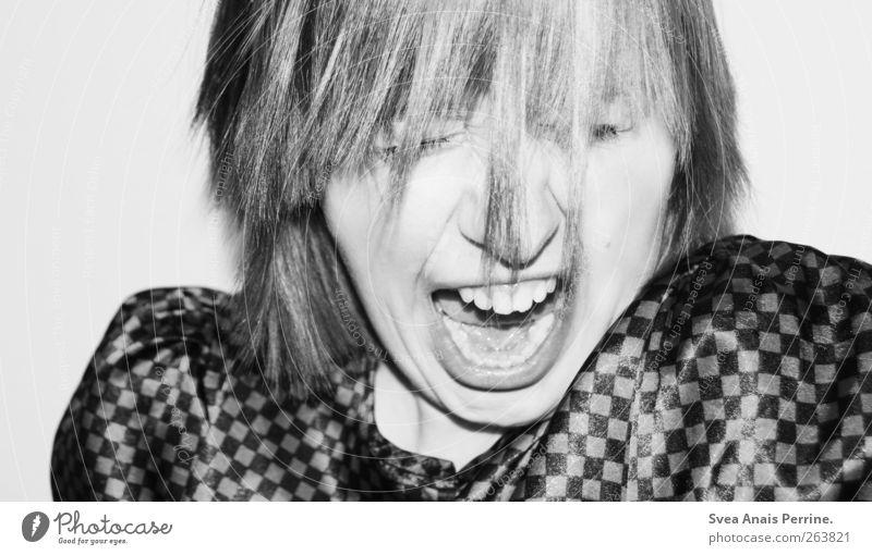 ! feminin Junge Frau Jugendliche Haare & Frisuren Gesicht Mund Zähne 1 Mensch 18-30 Jahre Erwachsene Bluse kurzhaarig Wut Ärger schreien trashig Schwarzweißfoto