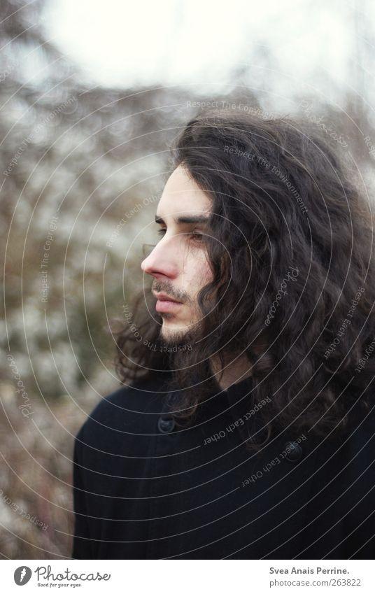 ... maskulin Junger Mann Jugendliche Haare & Frisuren Gesicht 1 Mensch 18-30 Jahre Erwachsene Herbst brünett langhaarig Locken natürlich schön Traurigkeit